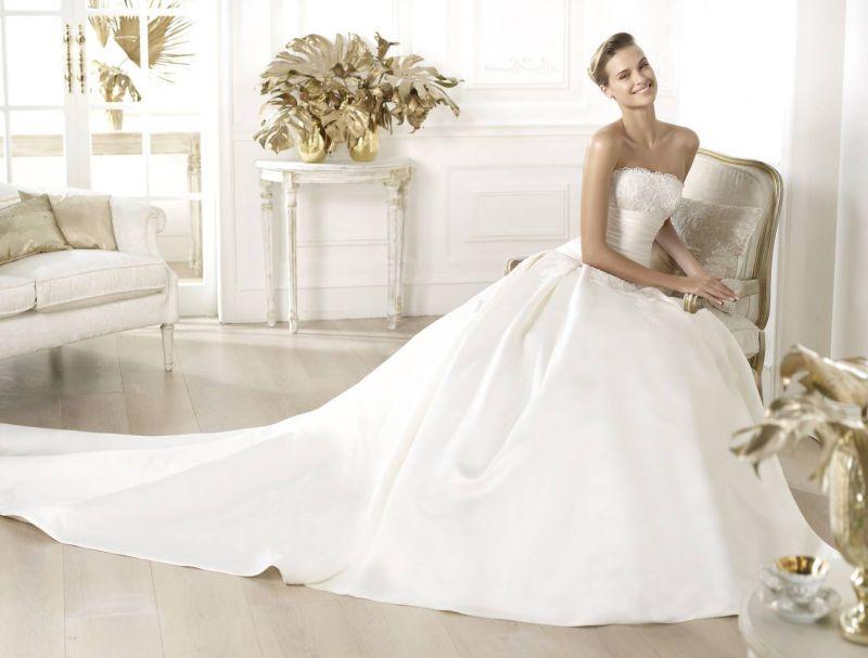 Pronovias előfoglalás - La Mariée esküvői ruhaszalon: Laurain menyasszonyi ruha